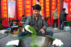 杭州江南茶叶市场举办钱塘龙井茶炒制比赛